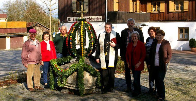 Ein Osterbrunnen ziert den Dorfplatz