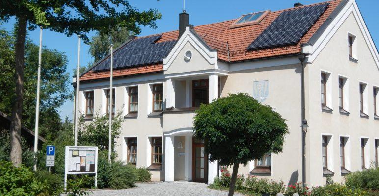 Photovoltaik-Anlage glänzt auf Rathausdach